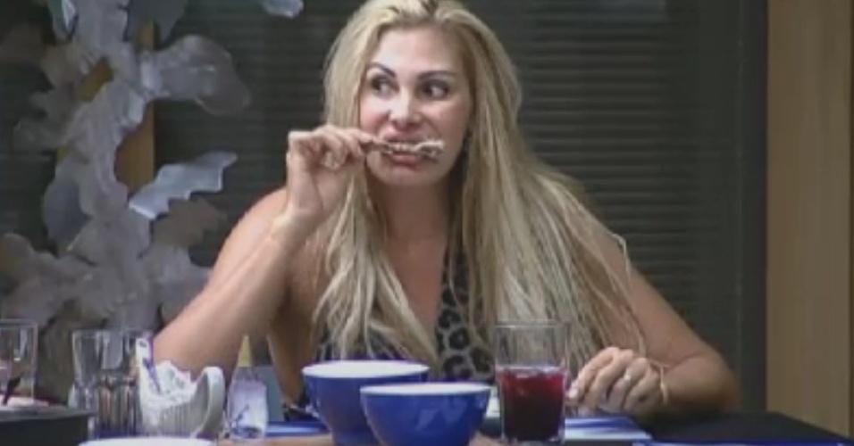 Ângela Bismarchi come frango com a mão durante o jantar na casa (4/6/12)