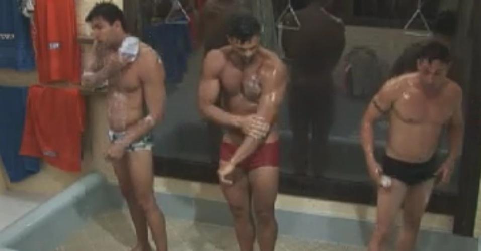 Após malharem na academia, Diego Pombo (esq.) Gustavo Salyer (centro) e Vavá (dir.) tomam banho juntos (4/6/12)