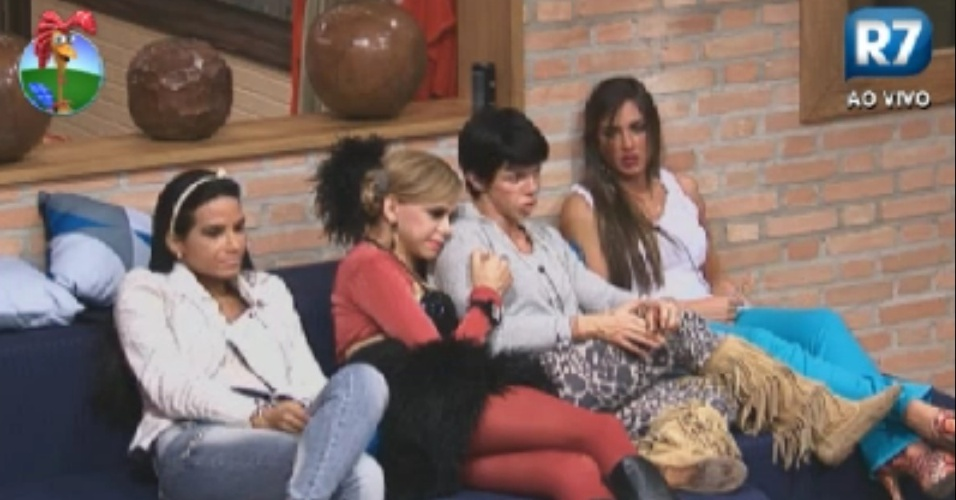 Shayne Cesrio, Lo quilla, Penlope Nova e Nicole Bahls aguardam incio de atividade na sala da casa (4//6/12)