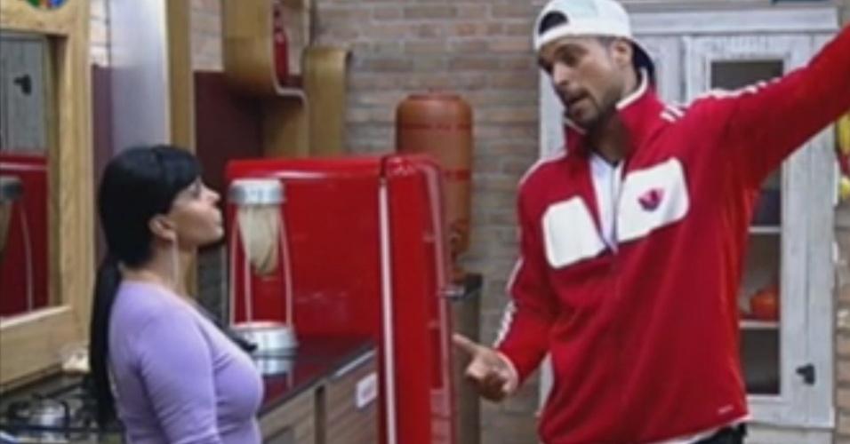 Em discussão sobre sabão, Gustavo Salyer diz para Gretchen que peões devem