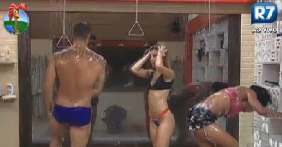 Gustavo Salyer, Robertha Portella, e Simone Sampaio tomam banho juntos na sede de