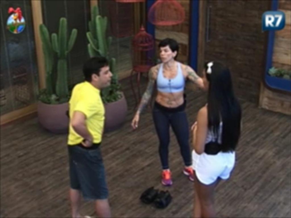 Vavá conversa com Shayene (de costas) e Penélope sobre vantagem que as pessoas prestativas tem no jogo (5/6/12)