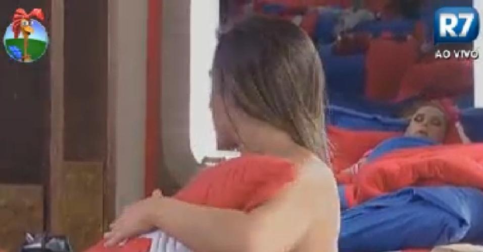 Nicole Bahls deixa parte do seio aparecer ao trocar de roupa (10/6/12)
