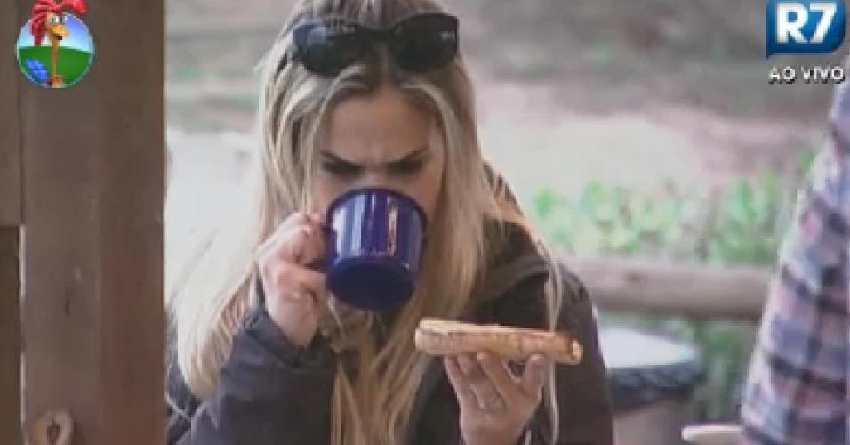 Robertha Portella aproveita manhã para tomar café no celeiro (11/6/12)