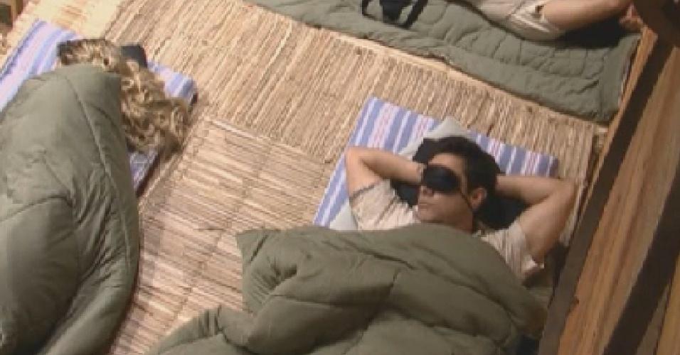 Robertha Portella (esq.) e Vavá (dir.) dormem no celeiro (11/6/12)