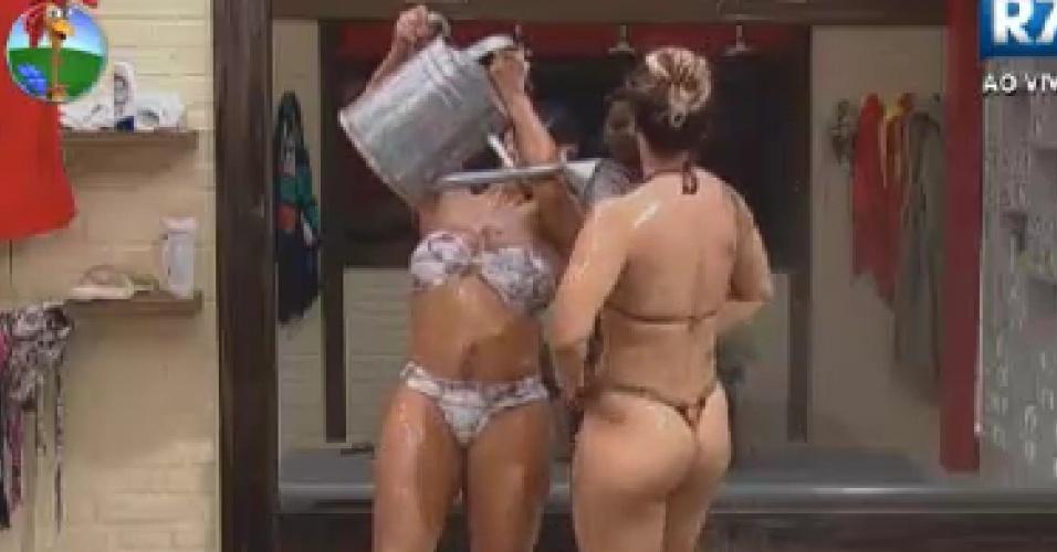 Gretchen e Viviane Araújo tomam banho de balde (13/6/12)