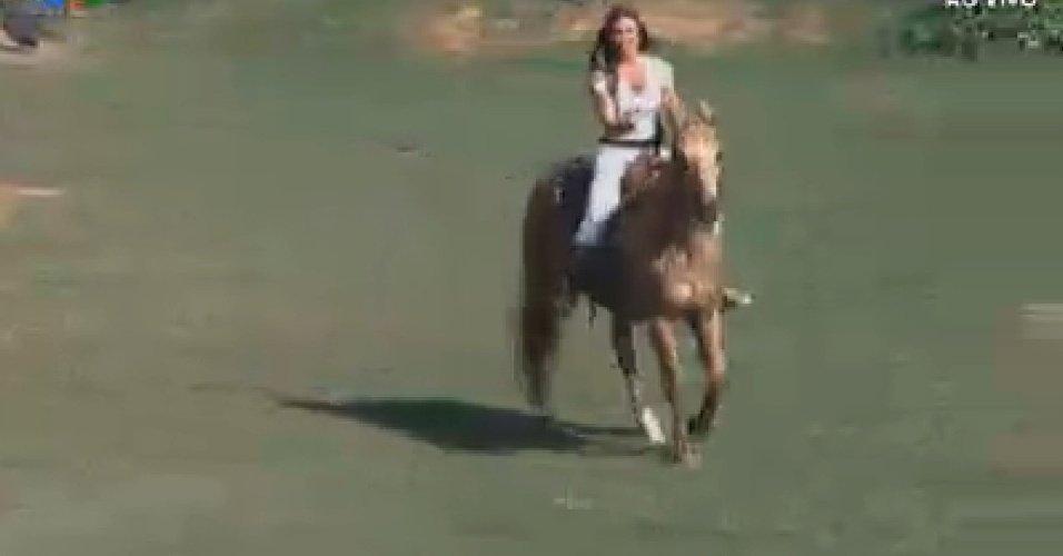 Nicole Bahls aprende a cavalgar (14/6/12)