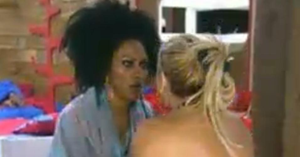 Após saber da morte da irmã, Ângela Bismarchi chora e é consolada por Simone Sampaio (16/6/12)
