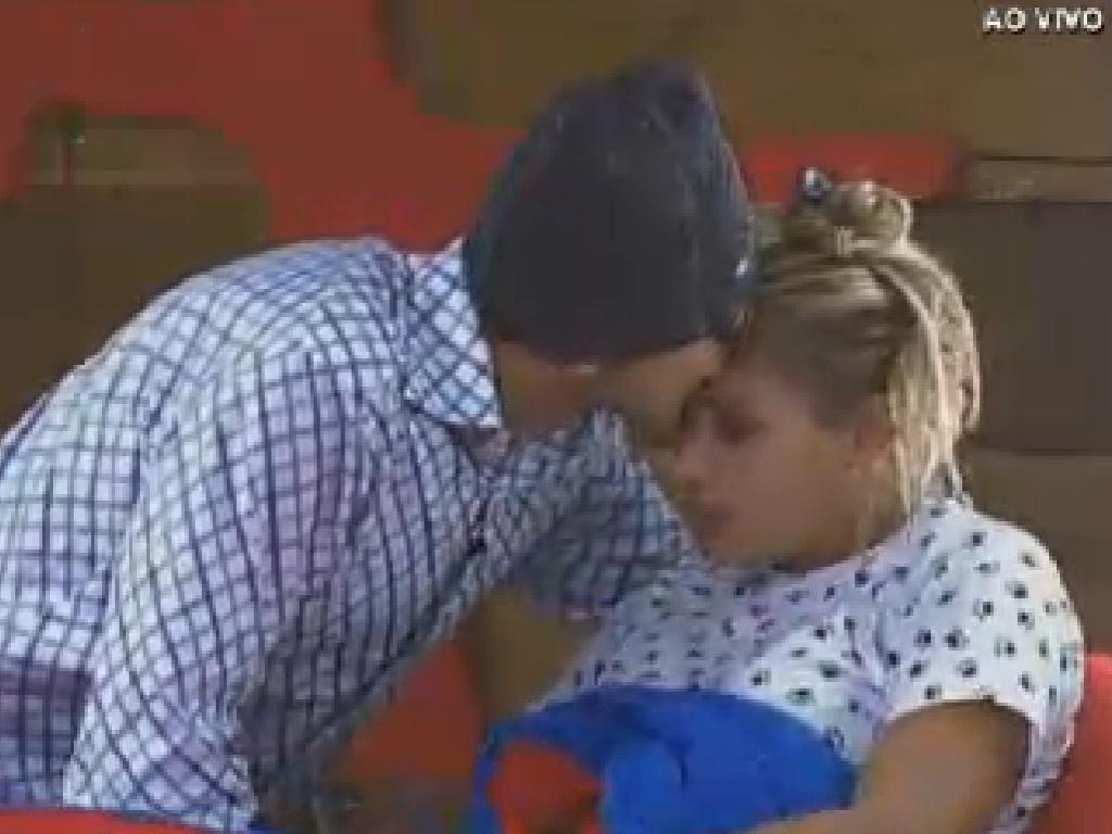 Sylvinho Blau-Blau beija Ângela Bismarchi após conversa sobre morte da irmã da modelo (16/6/12)