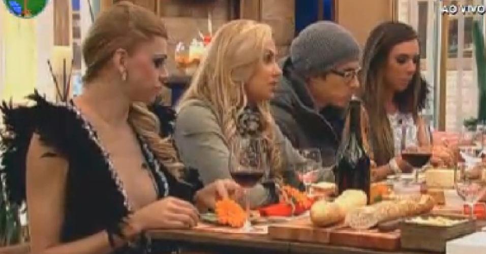 Léo Áquilla, Ângela Bismarchi, Felipe Folgosi e Nicole Bahls desfrutam de jantar após vencerem jogo de basquete aquático (23/6/12)