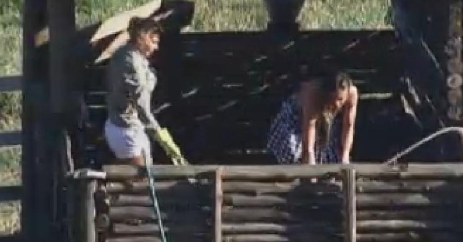 Ângela Bismarchi e Nicole Bahls falam mal de peoas na área dos porcos (24/6/12)