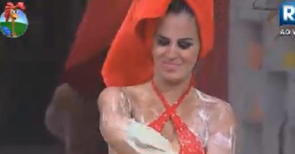 Robertha POrtella se ensaboa durante banho (24/6/12)