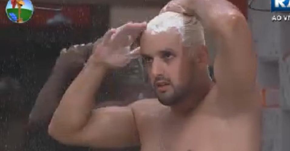 Rodrigo Capella lava o cabelo descolorido durante o banho (24/6/12)