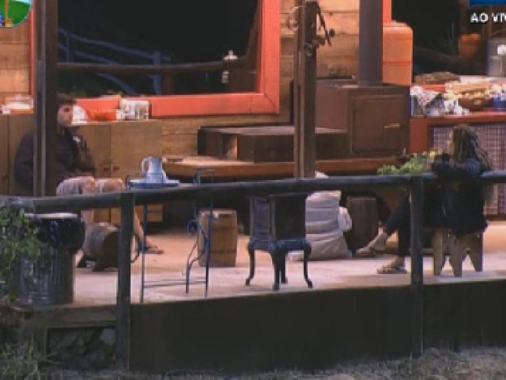 Diego Pombo e Viviane Araújo conversam no celeiro (25/6/12)