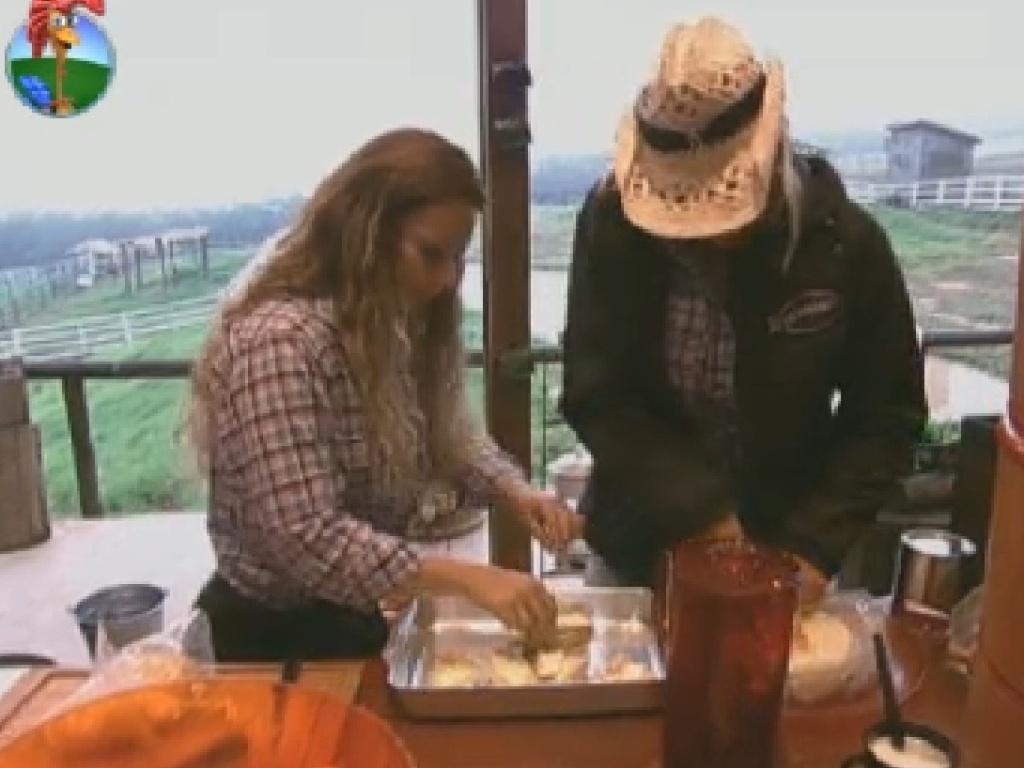Enviadas para a roça por Vavá, Viviane Araújo e Ângela Bismarchi preparam café da manhã (25/6/12)