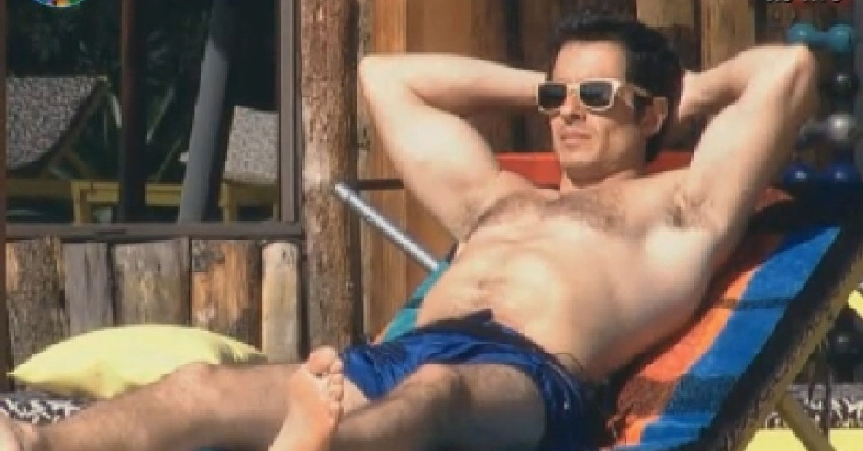 Felipe Folgosi toma sol na piscina aps o almoo (26/6/12)