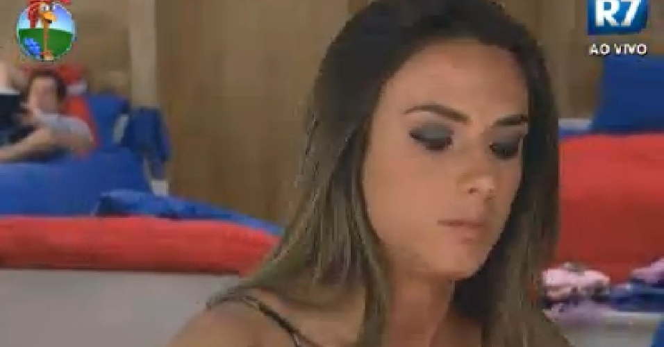 Nicole Bahls se arruma para vota&#231;&#227;o (26/6/12)