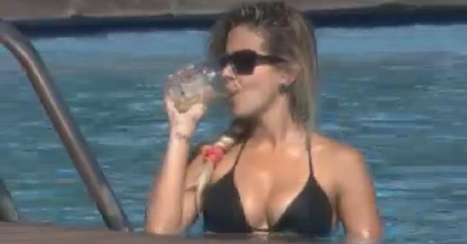Robertha Portella bebe água durante banho de piscina (26/6/12)