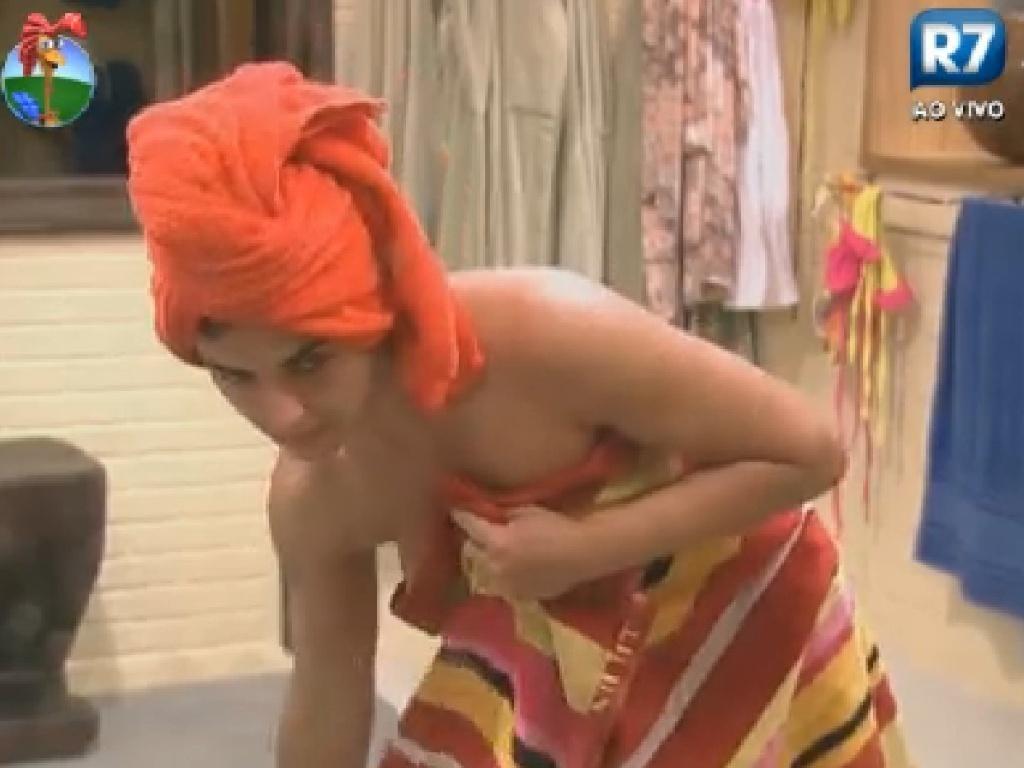Após tomar banho, Nicole se atrapalha e quase mostra demais (27/6/12)