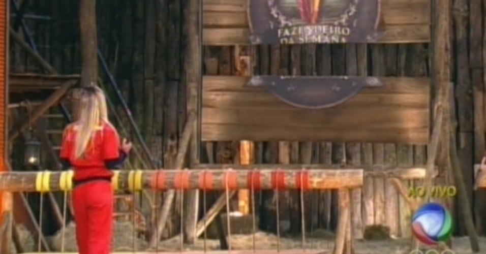 Robertha Portella escolhe corda para cortar durante prova do fazendeiro (27/6/12)