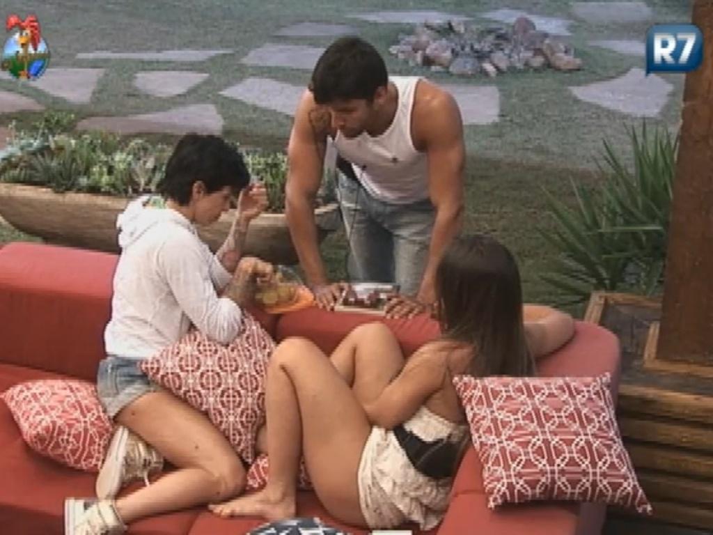 Penélope Nova (esq), Diego Pombo (centro) e Nicole Bahls (dir.) criticam Simone Sampaio (29/6/12)