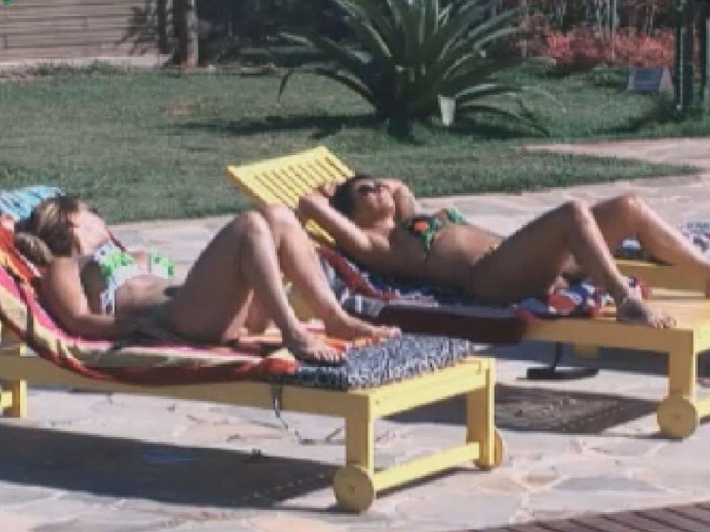 Viviane Araújo e Gretchen conversam na beira da piscina (30/6/12)