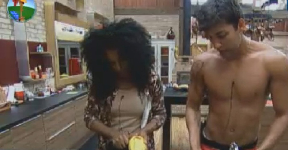 Simone e Diego conversam enquanto preparam o almoo (1/7/12)