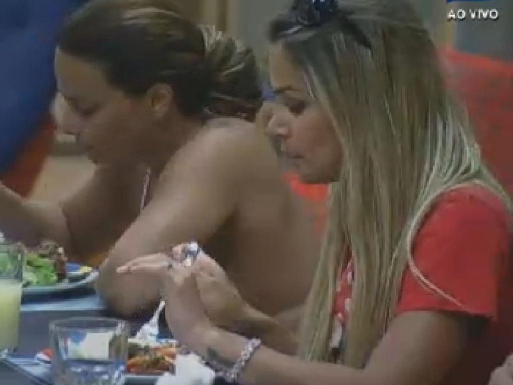 Viviane Araújo e Robertha Portella almoçam (1/7/12)