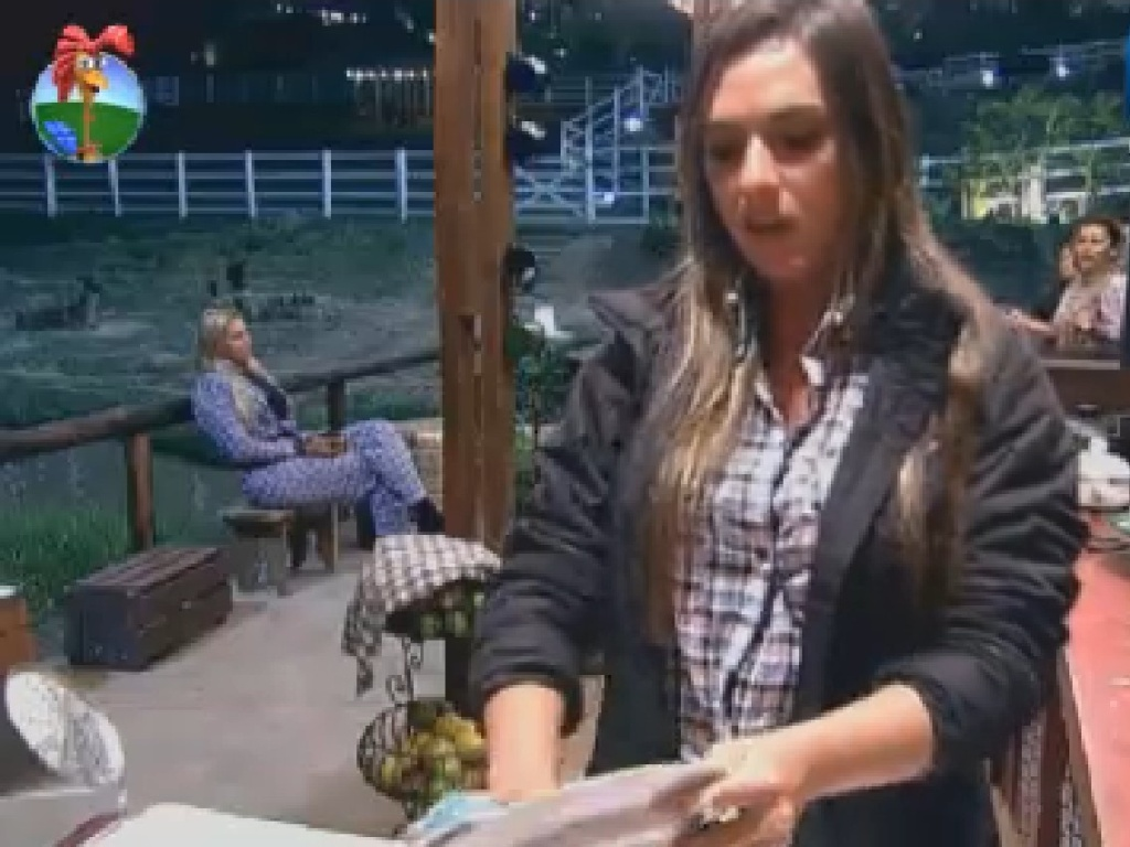 Nicole Bahls discute com Viviane Araújo no celeiro (2/7/12)