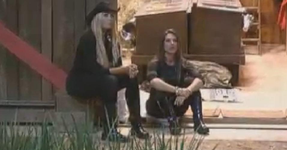 Ângela Bismarchi (es.) e Nicole Bahls (dir.) observam a lua no celeiro (3/7/12)