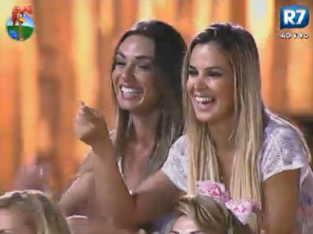 Nicole Bahls e Robertha Portella dão risada da imitação de Simone Sampaio (4/7/12)