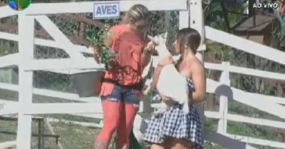 Robertha Portella e Nicole Bahls fazem carinho na cabra (4/7/12)