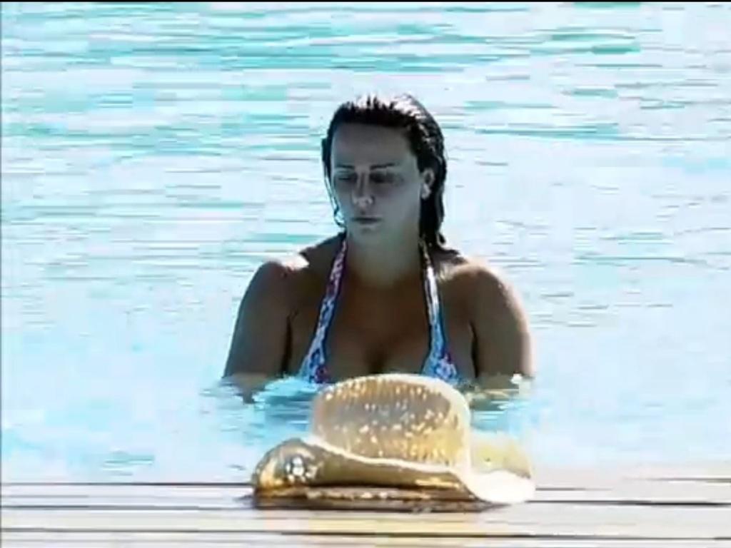 Viviane Araújo aproveita piscina (5/7/12)