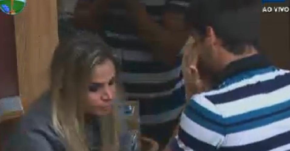 Diego Pombo e Robertha Portella choram após saberem que Rodrigo Capella saiu de