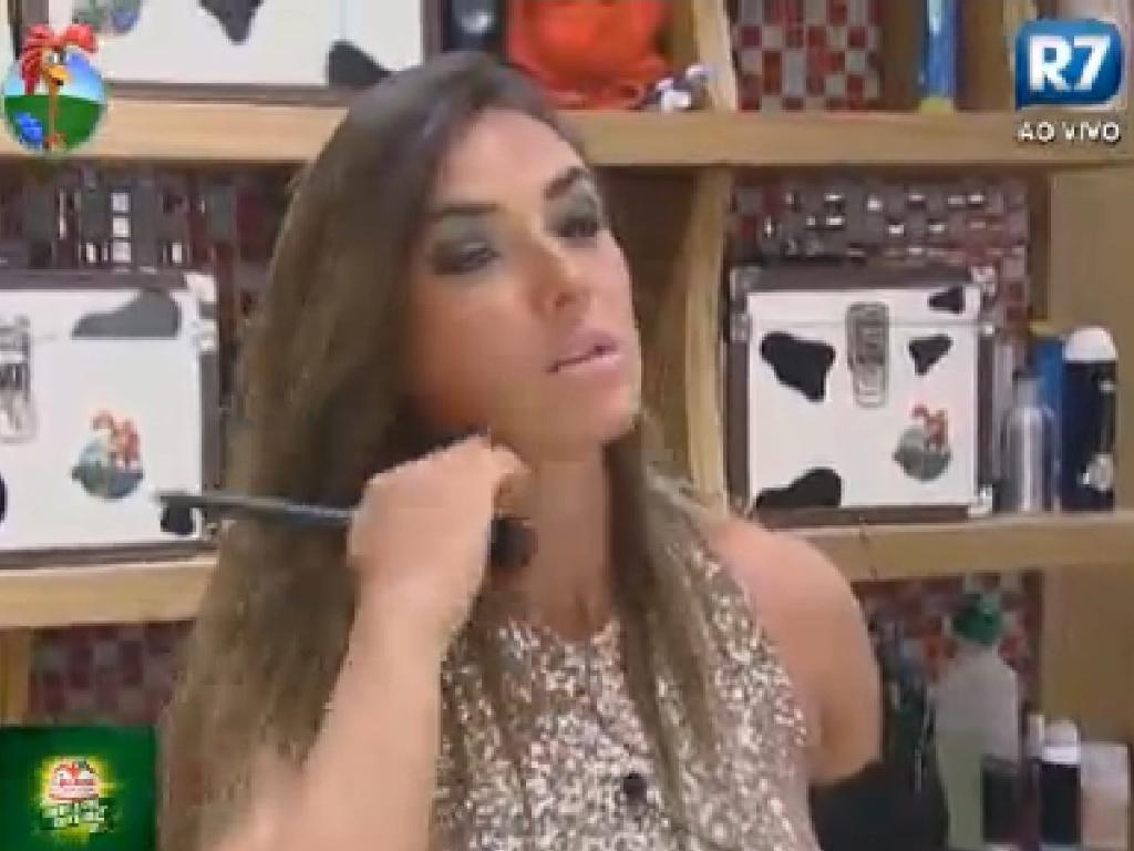 Nicole Bahls passa maquiagem antes da festa desta sexta-feira (6/7/12)