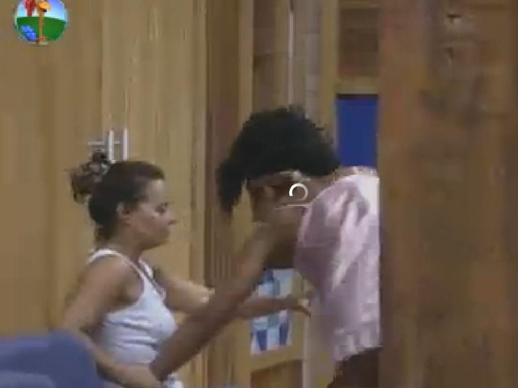 Viviane Araújo puxa Simone Sampaio depois de impacto emocional (7/6/12)