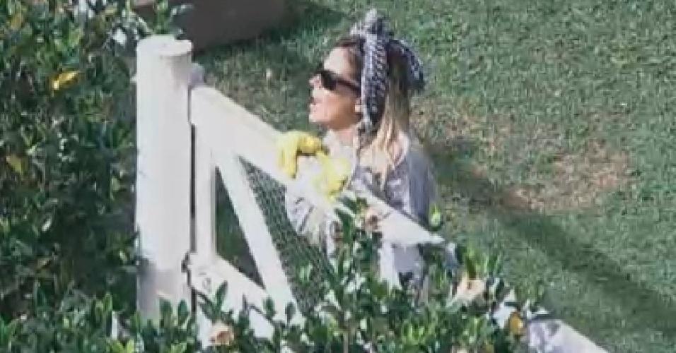 Robertha pede ajuda a Vavá para desenrolar mangueira (8/7/12)