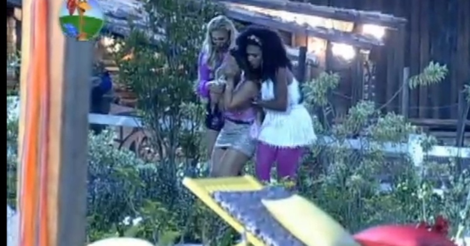 Viviane Araújo é carregada por Simone Sampaio e Ângela Bismarchi após saída de Gretchen (7/7/12)