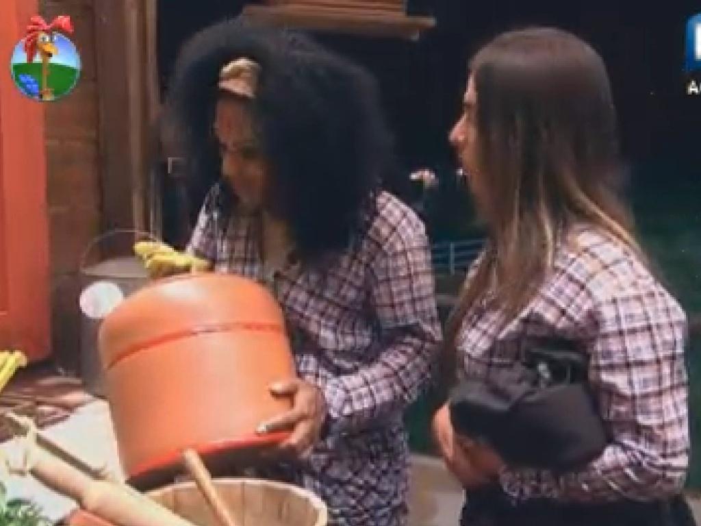 Acordadas durante a madrugada, Nicole Bahsl e Simone Sampaio fazem limpeza na cozinha do celeiro (8/7/12)