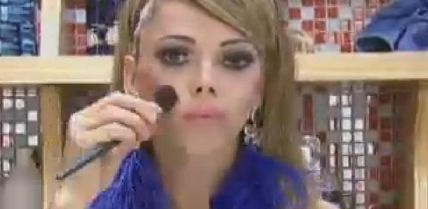 Léo Áquilla passa maquiagem antes do programa desta terça (10/7/12)