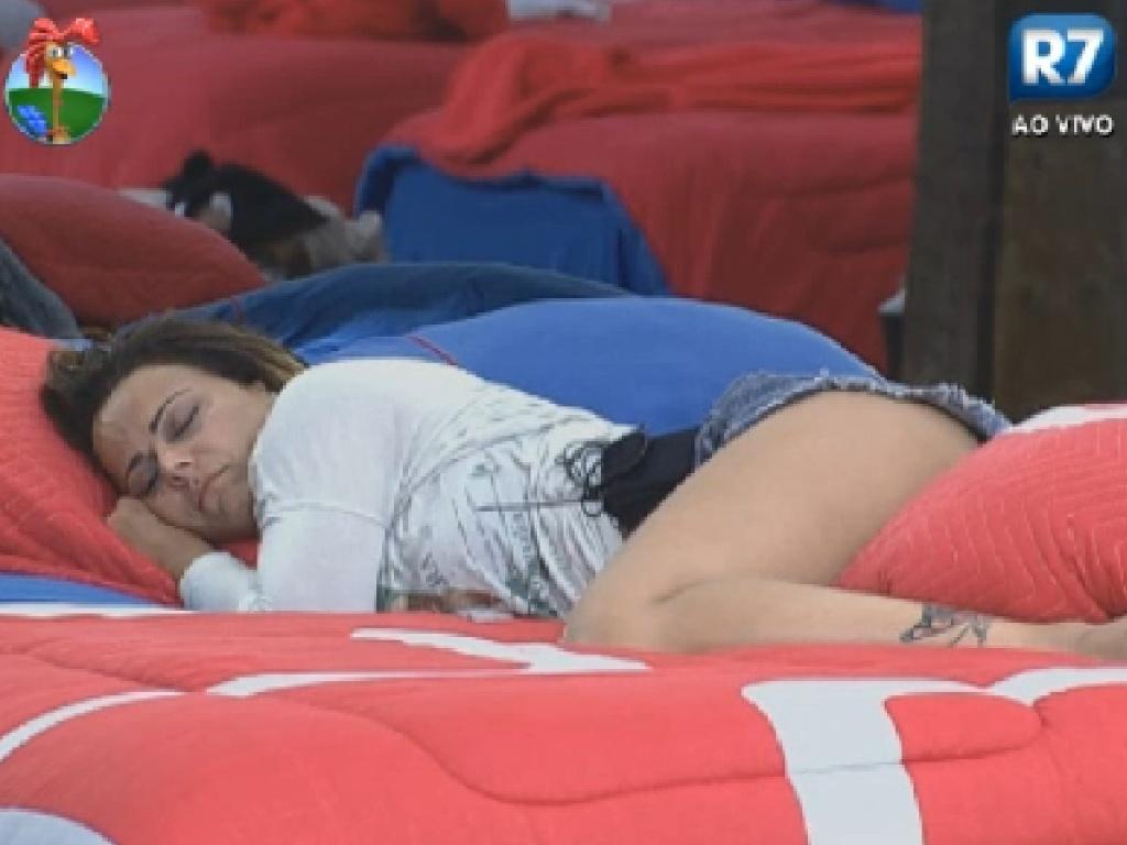 Viviane Araújo tira um cochilo antes do programa ao vivo desta terça-feira (10/7/12)