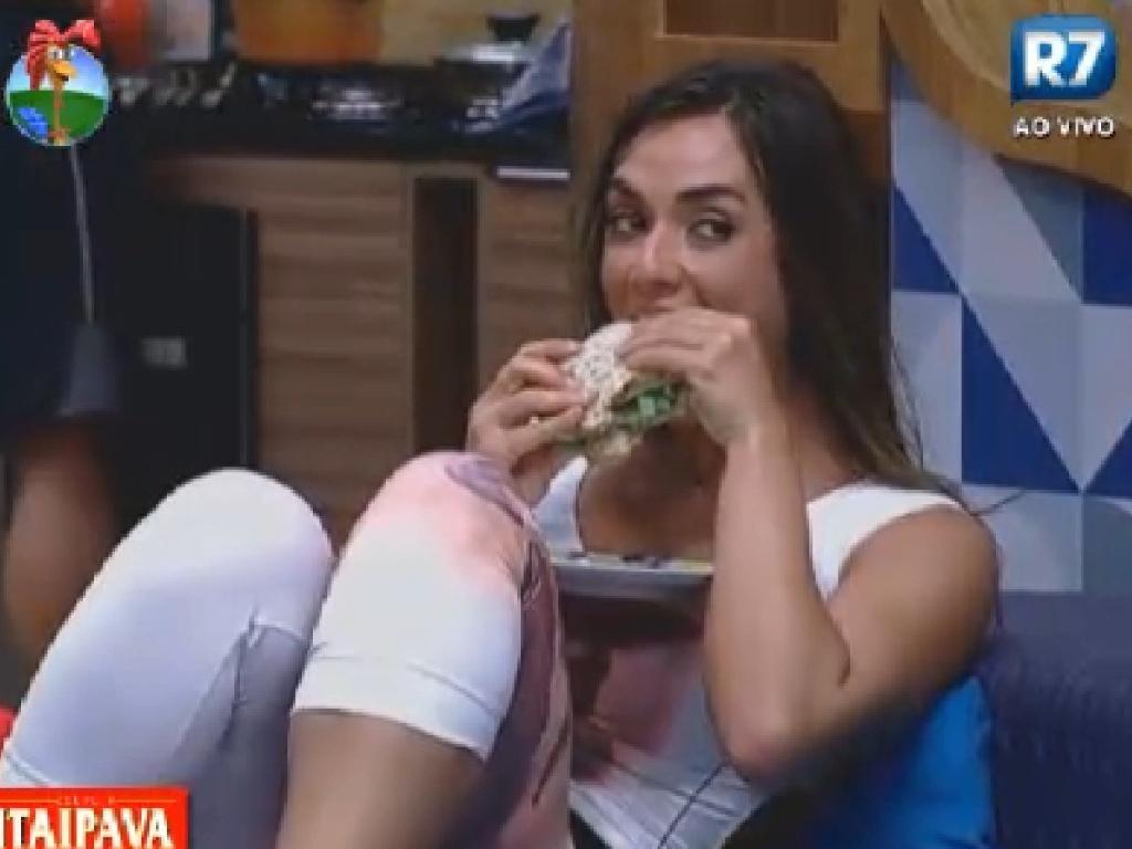 Nicole Bahls come um lanche enquanto peões são notificados sobre punição (11/7/12)