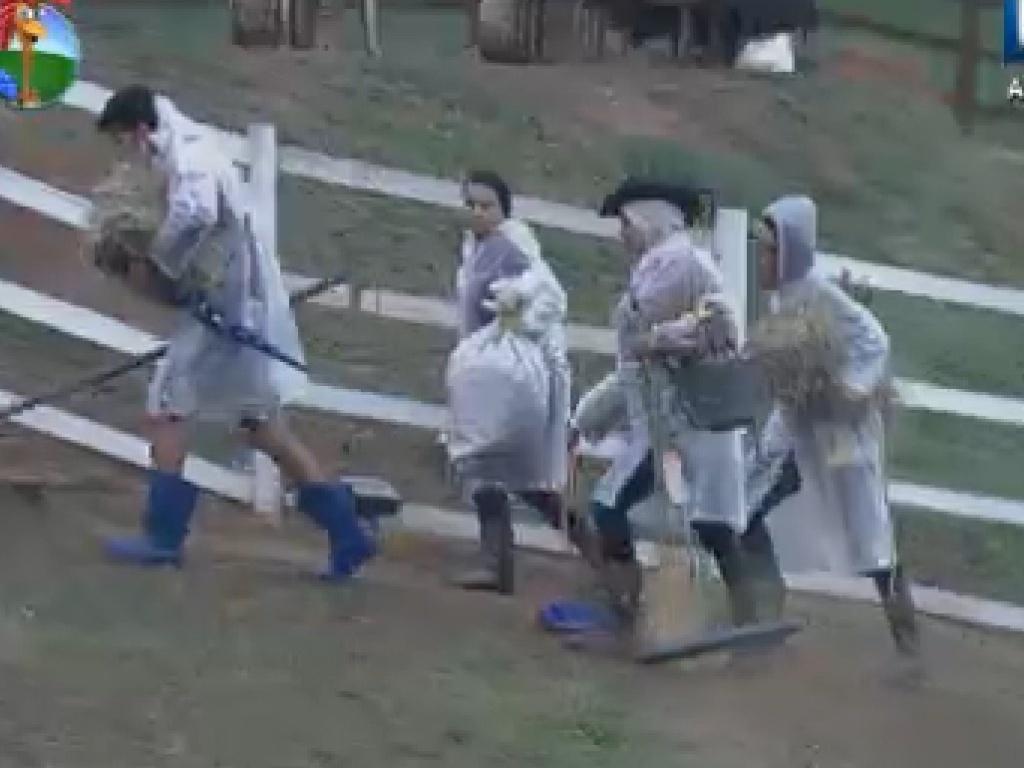 peões cumprem tarefas em dia chuvoso em