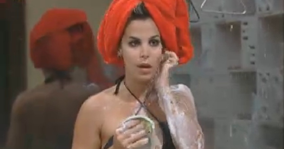 Robertha Portella toma banho depois de malhar (12/7/12)