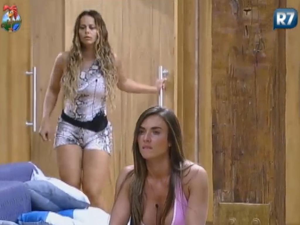Nicole Bahls (à frente) debocha de Viviane Araújo (ao fundo) (13/7/12)