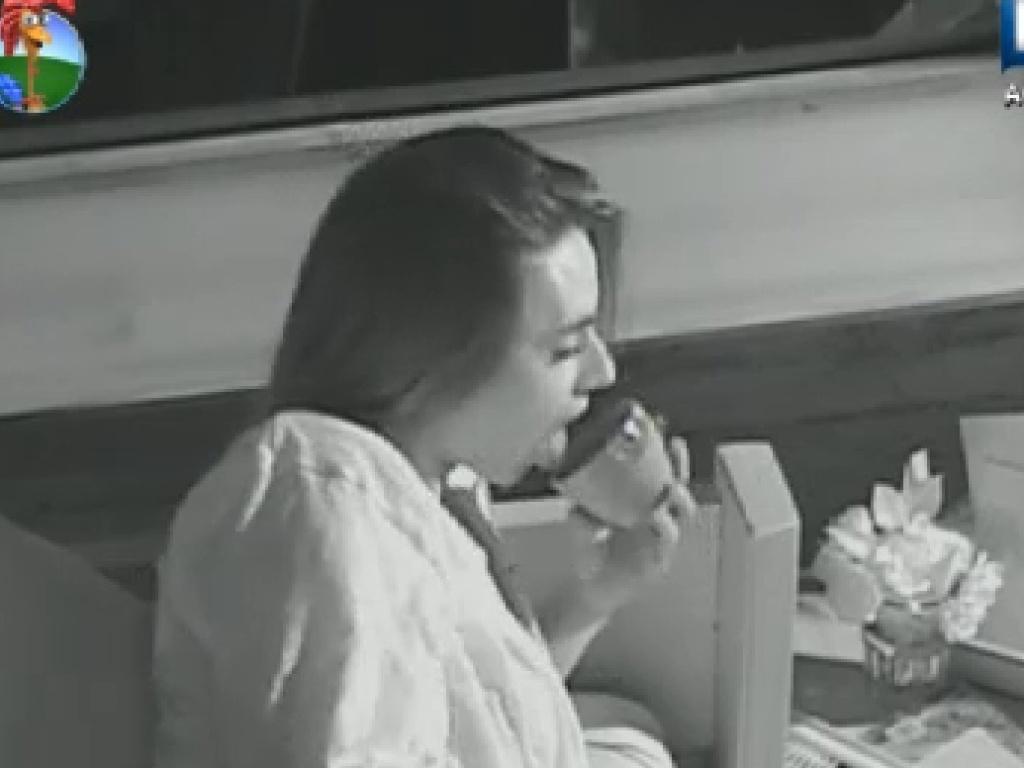 Nicole Bahls se esbalda com doce durante a madrugada (15/7/12)