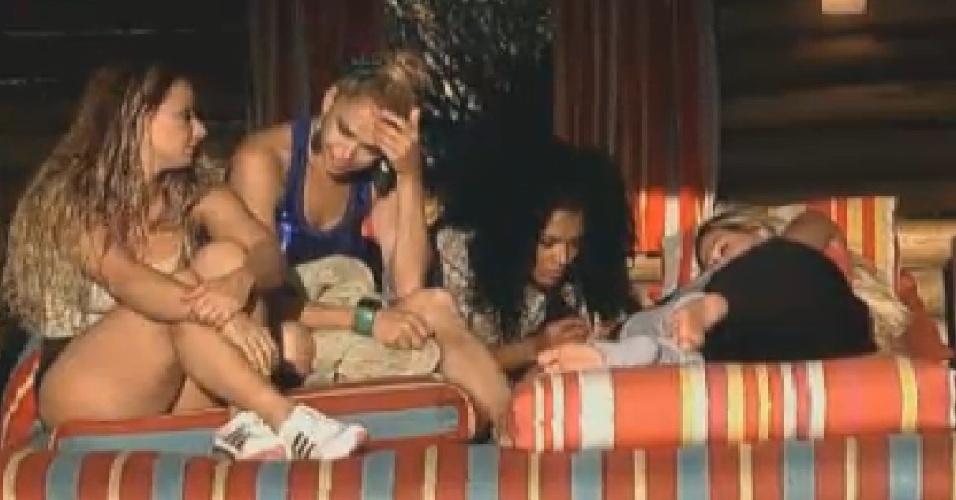Viviane Araújo, Léo Áquilla, Simone Sampaio e Robertha Portella se reúnem na casa d'árvore para comer doces (15/7/12)