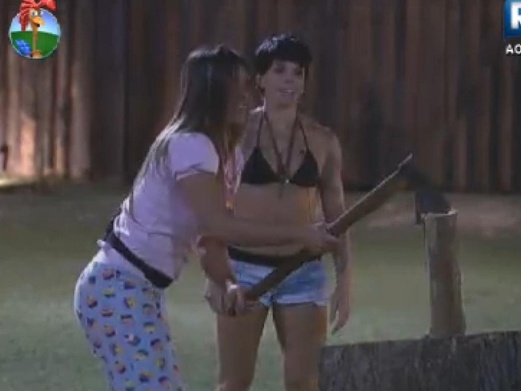Nicole Bahls se mantém unida com Penélope depois que a apresentadora ganhou o poder da chave na noite deste domingo (15)