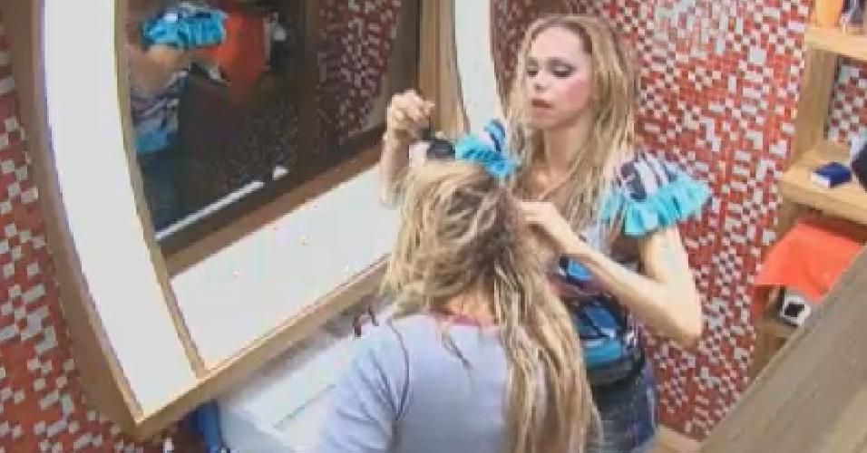 Léo Áquilla pinta o cabelo de Ângela Bismarchi (18/7/12)