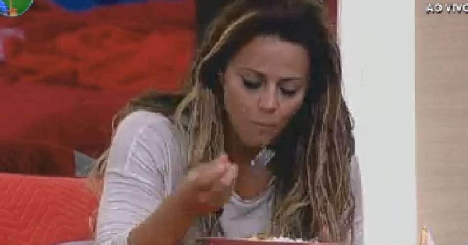 Viviane Ara&#250;jo come comida preparada por Nicole Bahls (18/7/12)